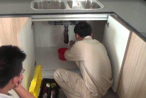 Sửa chữa bồn rửa chén bị rò rỉ nước do xi phông